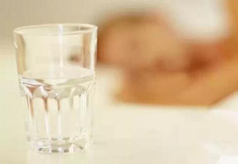 夏季应该多喝白开水糖饮料越喝越渴